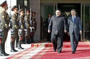 板門店で南北首脳会談を開いた韓国の文在寅大統領(右)と北朝鮮の金正恩委員長(26日)=韓国大統領府提供・共同