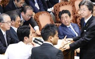 安倍首相の答弁に野党が反発、審議が中断する参院予算委(28日午前)