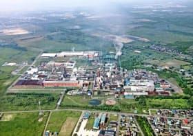 日本製紙は7年ぶりに大規模な生産能力削減を進める(北海道苫小牧市の工場)