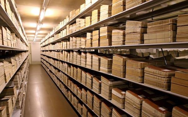 歴史的に重要と判断された公文書は室温や湿度が管理された国立公文書館の書庫で永久保存される(国立公文書館提供)