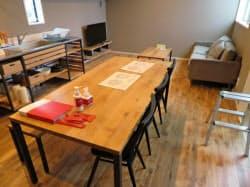 宿泊施設のキッチンとリビングのスペース