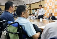 エレベーターの設置について障害者団体と意見交換する名古屋市の河村たかし市長(右から2人目)=28日、名古屋市役所