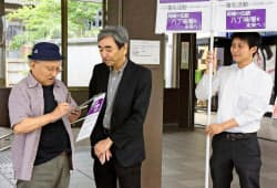 八丁味噌の地理的表示保護制度の登録見直しを求め、名鉄東岡崎駅で行われた署名活動(29日午前、愛知県岡崎市)=共同