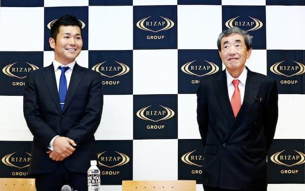 RIZAPグループのCOO就任が決まり記者会見する松本晃カルビー会長兼CEO(右)。左は同グループの瀬戸健社長(28日午後、東京・丸の内)