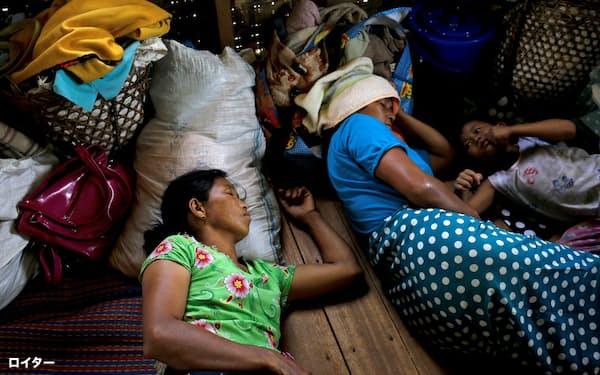 国軍と少数民族武装勢力の戦闘を避け、教会に避難した住民(10日、ミャンマー北部カチン州)=ロイター
