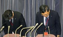 29日午後、都内でアパートの施工不良について陳謝するレオパレス21の田尻和人取締役専務執行役員(右)ら=共同