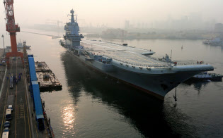 5月13日、大連港から1回目の試験航海に出る中国初の国産空母「001A」型=ロイター