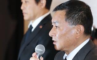 臨時理事会を終え、記者会見する関東学生連盟の柿沢優二理事長(右)ら