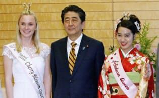 全米さくらの女王のマーガレット・オメーラさん(左)と面会する安倍首相。右は日本さくらの女王の竹中理沙子さん(29日午後、首相官邸)=共同