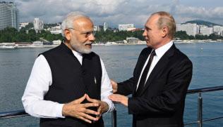 21日、ソチ(ロシア)沿岸の船上で談笑するモディ首相(左)とプーチン・ロシア大統領(インド政府提供)