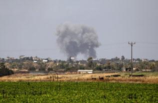 イスラエル軍の報復攻撃を受け、パレスチナ自治区ガザから黒煙が上がる(5月29日)=AP
