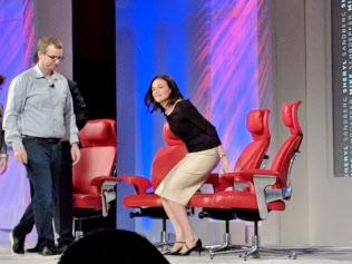 マイクロソフト社長の後に登壇したフェイスブックのサンドバーグCOO(右)