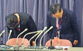 記者会見で謝罪するレオパレス21の田尻和人取締役専務執行役員(右)(29日、東京都千代田区)