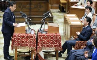 1年半ぶりの党首討論で立憲民主党の枝野代表(左)の質問を聞く安倍首相(5月30日、国会内)