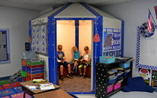 ヒールトンの小学校の教室に設置されたシェルター。普段は児童たちが読書などに利用している