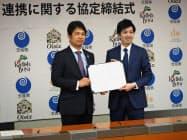 オイシックスドット大地の高島社長(右)と茨城県の大井川県知事(30日、茨城県庁)