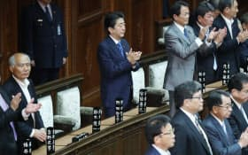 働き方改革関連法案が衆院本会議で可決され、自席で拍手する安倍首相(31日午後)