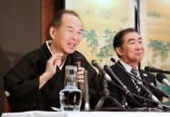 記者会見する上方落語協会新会長の笑福亭仁智さん(左)と前会長の桂文枝さん(5月31日、大阪市北区)