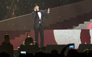 コンサートで歌うジャッキー・チュンさん(2013年12月、香港)=ロイター