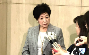 豊洲市場の集客施設について説明する小池知事(31日、都庁)