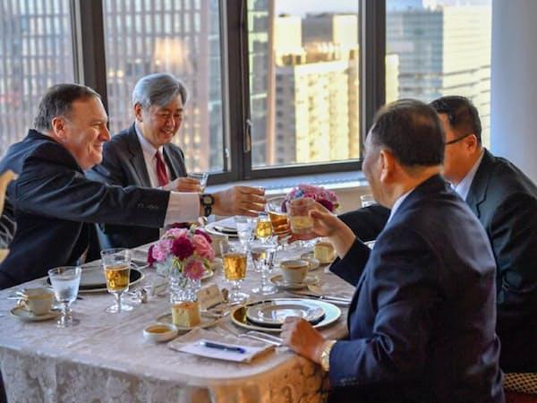 ポンペオ氏(左端)はにこやかに金英哲(右から2人目)と杯を交わした(ポンペオ氏のツイッターより)