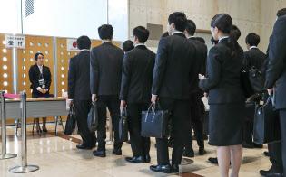 採用面接の受付に並ぶ就活生(1日午前、東京都新宿区の損保ジャパン日本興亜)