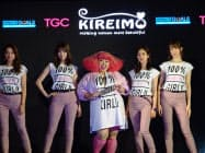 タレントの渡辺直美さん(中央)らがファッションを通じて女性の活躍推進や多様性をアピールした(31日、ニューヨークの国連本部)