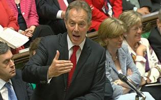 2007年、議会で質問に答える英国のブレア首相(当時)=ロイター