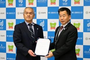 大体大は熊取町と協働協定を結んだ(左は岩上安孝学長)=大体大提供