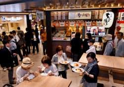 新装オープンした阪神梅田本店の立ち食いコーナー「スナックパーク」(1日、大阪市北区)