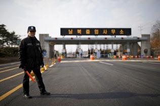 開城工業団地は南北経済協力の象徴的な存在(団地に向かう韓国側の道路)=ロイター