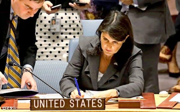 1日、拒否権を行使し、対抗案を出した米国のヘイリー国連大使(ニューヨークの国連本部)=ロイター