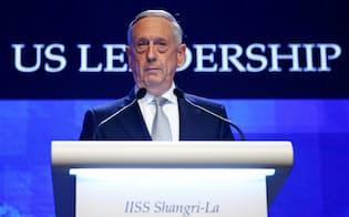 アジア安全保障会議で演説するマティス米国防長官(2日、シンガポール)=ロイター
