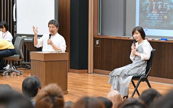 講義で対談する是枝裕和監督(左)と松岡茉優さん(2日午後、東京都新宿区の早稲田大学)