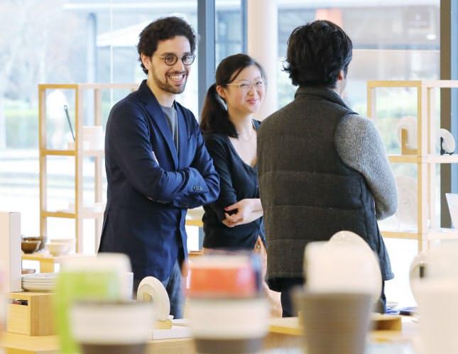 商談に訪れたフランス人起業家。キャンドルを入れる器を探すため、ショールームを熱心に見て回った(佐賀県有田町)