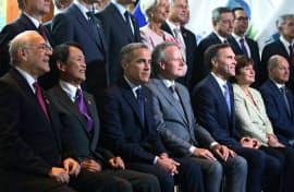 記念撮影に応じる主要7カ国(G7)財務相ら=ロイター
