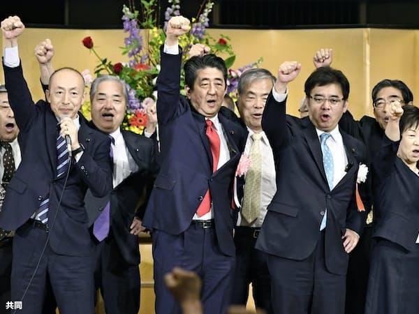 自民党滋賀県連大会で気勢を上げる安倍首相(中央)ら=2日午前、大津市(共同)