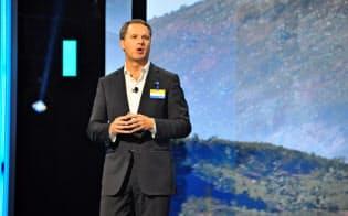 年次総会でスピーチするウォルマートのダグ・マクミロン最高経営責任者(CEO)(1日、アーカンソー州)