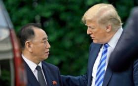北朝鮮の金英哲(キム・ヨンチョル)党副委員長(左)を厚遇したトランプ米大統領(1日、ワシントン)=AP