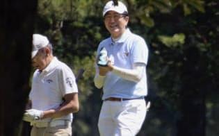 友人らとゴルフを楽しむ安倍首相(3日午前、東京都昭島市のゴルフ場)=共同