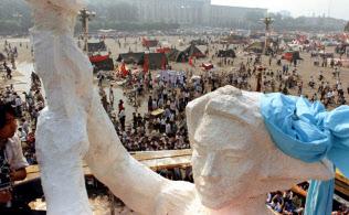 北京の天安門広場に学生が建てた民主の女神像=AP