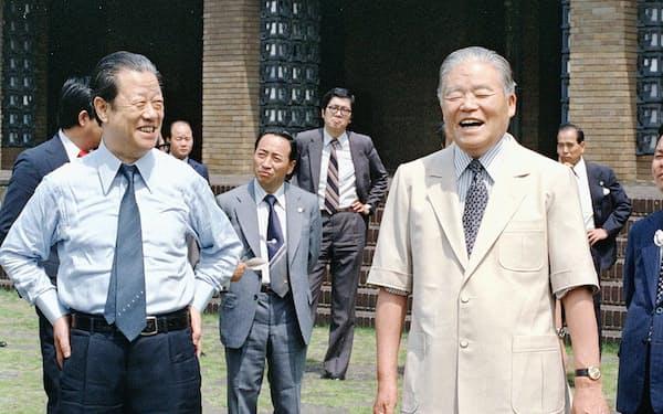 省エネルックを着る大平正芳首相(右)と音頭とり役の江崎真澄通産相(1979年6月6日、首相官邸)