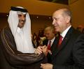 トルコのエルドアン大統領(右)と握手を交わすカタールのタミム首長(5月18日、イスタンブール)=アナトリア通信提供