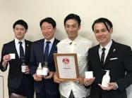 シルク産業活性化のための業務提携を発表したリバースプロジェクトの伊勢谷友介代表(中央右)ら(4日、松山市)
