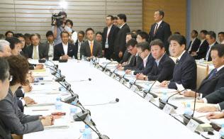 未来投資会議の会合であいさつする安倍首相(4日午後、首相官邸)