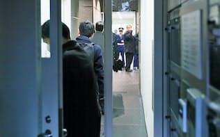 立ち入り検査でコインチェックが入居するビルに入った金融庁の職員(2月、東京都渋谷区)
