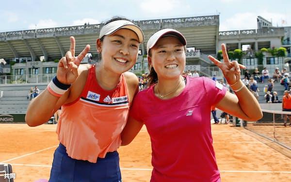 女子ダブルス3回戦で勝利し、笑顔でポーズをとる穂積(左)、二宮組(4日、パリ)=共同