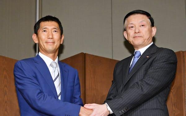 記者会見で握手する東芝メモリの成毛社長(右)とベインキャピタルの杉本日本代表(4日午後、東京都千代田区)