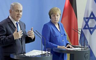 記者会見するメルケル独首相(右)とイスラエルのネタニヤフ首相=AP