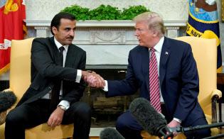 4月10日、ワシントンでトランプ米大統領(右)と会談したカタールのタミム首長=ロイター